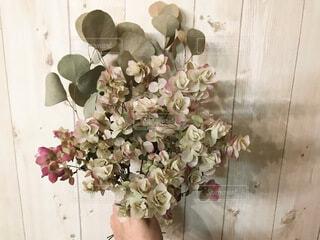 テーブルの上の花瓶に花束の写真・画像素材[4181493]