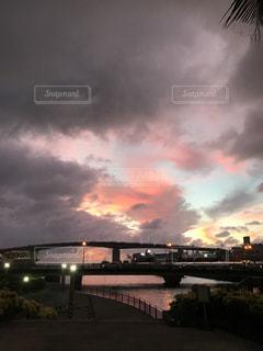 水の体の上の橋の写真・画像素材[1288770]