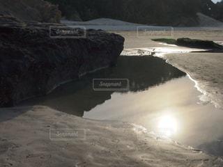 背景の山とビーチの写真・画像素材[1388191]