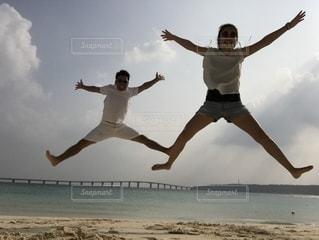 ビーチでジャンプの写真・画像素材[1615652]