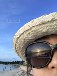 30代,海,空,夏,自撮り,夕日,太陽,サングラス,ビーチ,青空,砂浜,夕暮れ,沖縄,反射,オレンジ,セルフィー,旅行,旅,宮古島,サンセット,女子旅,アラフォー,風になびく,アラフォー世代