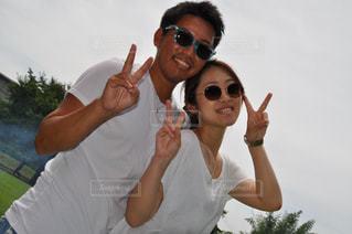 白Tシャツ夫婦の写真・画像素材[2331402]