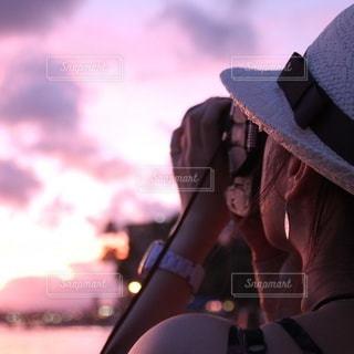 サンセットに夢中なカメラ女子の写真・画像素材[3424939]