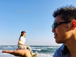 女性,男性,海,空,夏,カップル,屋外,サングラス,ビーチ,海岸,水平線,手持ち,人物,人,笑顔,夫婦,ポートレート,ライフスタイル,手元