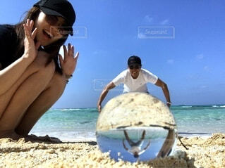 海,空,夏,カップル,屋外,ビーチ,砂浜,海岸,手持ち,人物,人,夫婦,ポートレート,ライフスタイル,手元