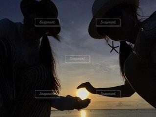 あと僅かで沈む太陽の写真・画像素材[3702555]