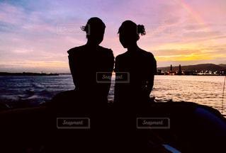 水の体の上に日没の前に立っている人の写真・画像素材[1376367]