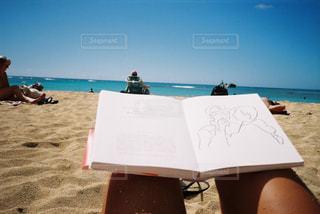ビーチに座っている人の写真・画像素材[1563894]