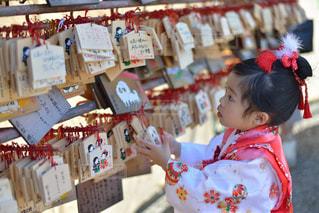お店の前に立っている女の子の写真・画像素材[869682]