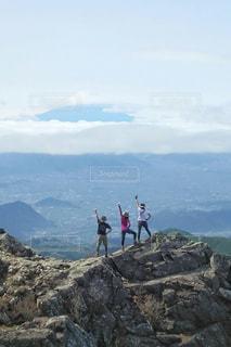 岩が多い丘の上に立っている人の写真・画像素材[1413459]