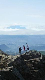 岩の多い丘の上に立っている男の写真・画像素材[2264206]
