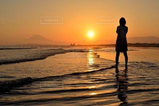 夕日沈むビーチの写真・画像素材[2879077]