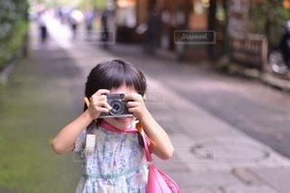 通りでカメラを構える小さな女の子の写真・画像素材[3444788]