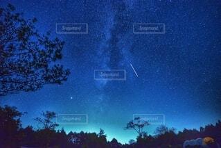 天の川の下のキャンプ場の写真・画像素材[3662631]