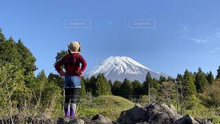 富士山を眺めるキャンプ女子の写真・画像素材[4462983]