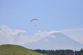 富士山とパラグライダーの写真・画像素材[4508916]