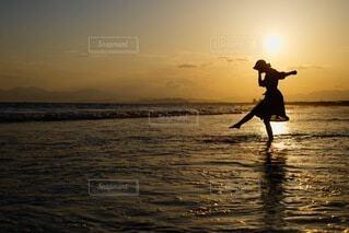 夕日に踊る姿の写真・画像素材[4833644]