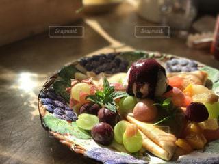 テーブルの上に食べ物のプレートの写真・画像素材[897049]