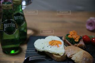 テーブルの上に食べ物のプレートの写真・画像素材[912420]