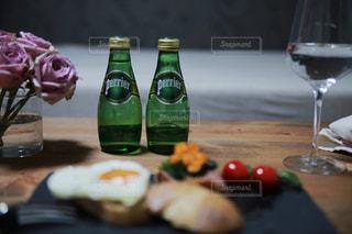 ワインとビール、テーブルの上のガラスのボトルの写真・画像素材[912422]
