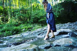 滝の隣に立っている女の写真・画像素材[1047045]