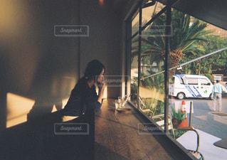 建物の前に立っている男の写真・画像素材[1235581]