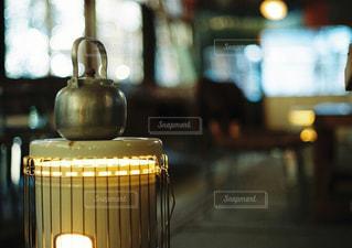 近くのテーブルの上のガラスのコップの写真・画像素材[1235605]