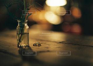 テーブルの上にガラス花瓶の写真・画像素材[1235608]