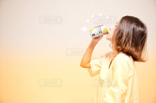 黄色のドレスを持っている人の写真・画像素材[1325133]