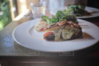 テーブルの上に食べ物のプレートの写真・画像素材[1519718]