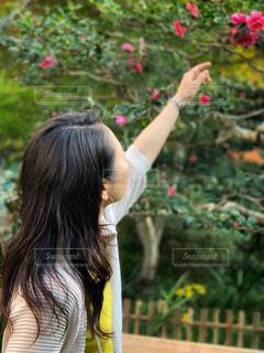 携帯電話で通話中の女性の写真・画像素材[1610238]