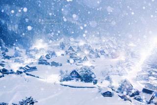 近く雪に覆われた山の写真・画像素材[1804221]