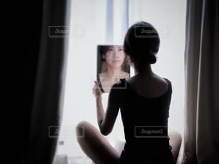 鏡越しの写真・画像素材[2648460]