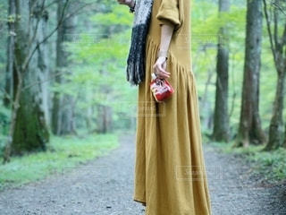 森の前に立つ人の写真・画像素材[2684145]