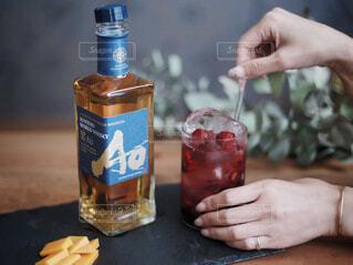 食べ物,テーブル,人物,人,ボトル,カップ,ウイスキー,ドリンク,アルコール,飲料,ソフトド リンク,AO