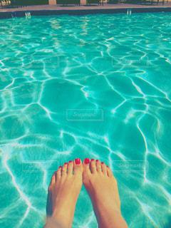 水のプールで泳いでいる人の写真・画像素材[907380]