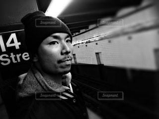 黒いシャツを着た男の写真・画像素材[907389]