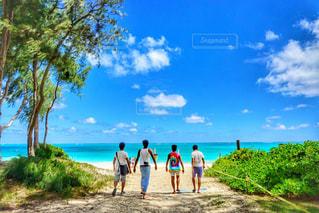 水の体の近くのビーチの人々 のグループの写真・画像素材[1013470]