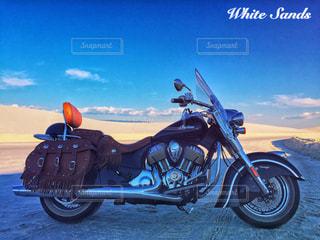 バイクは、道の脇に駐車 - No.1013471