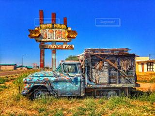 ファームに座っているトラックの写真・画像素材[1013474]