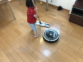 男の子,1歳,フローリング,お掃除,ルンバ