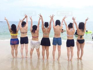 ビーチに立つ人々 のグループの写真・画像素材[743537]