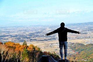 山の前に立っている男 - No.892190