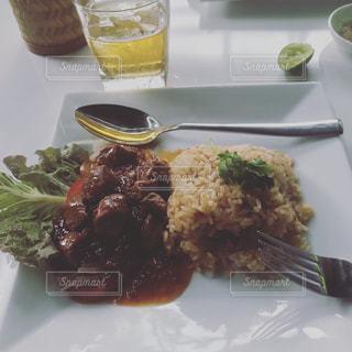 フォークで食べ物の皿の写真・画像素材[911673]