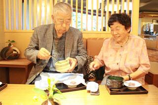 食物と一緒にテーブルに座って女と男 - No.734382