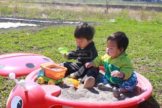 ピクニック用のテーブルに座っている小さな男の子の写真・画像素材[818210]