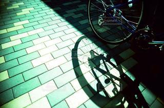 れんが造りの壁の横に自転車を駐車します。の写真・画像素材[736188]