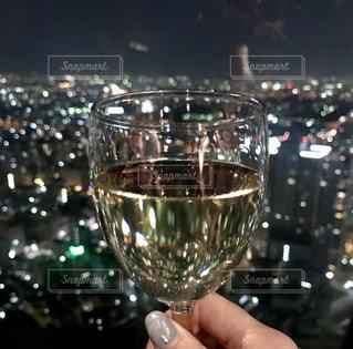 ワインのグラスを持っている手の写真・画像素材[927870]