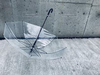コンクリートと傘の写真・画像素材[2181314]