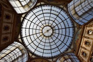 建物の側面を離れて掛かる大時計の写真・画像素材[706900]
